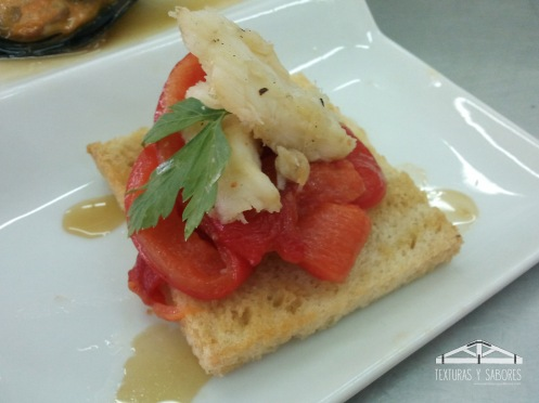tosta de bacalao y pimiento rojo