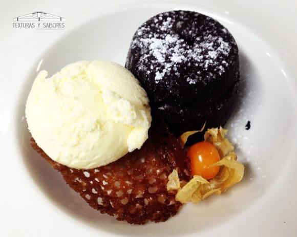 coulant de chocolate y helado de vainilla con teja de brandy