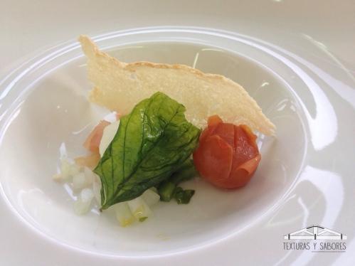 gazpacho andaluz con helado de oliva arbequina y crujiente de pan