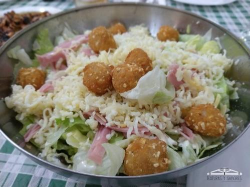 ensalada cesar con nugget y frutos secos
