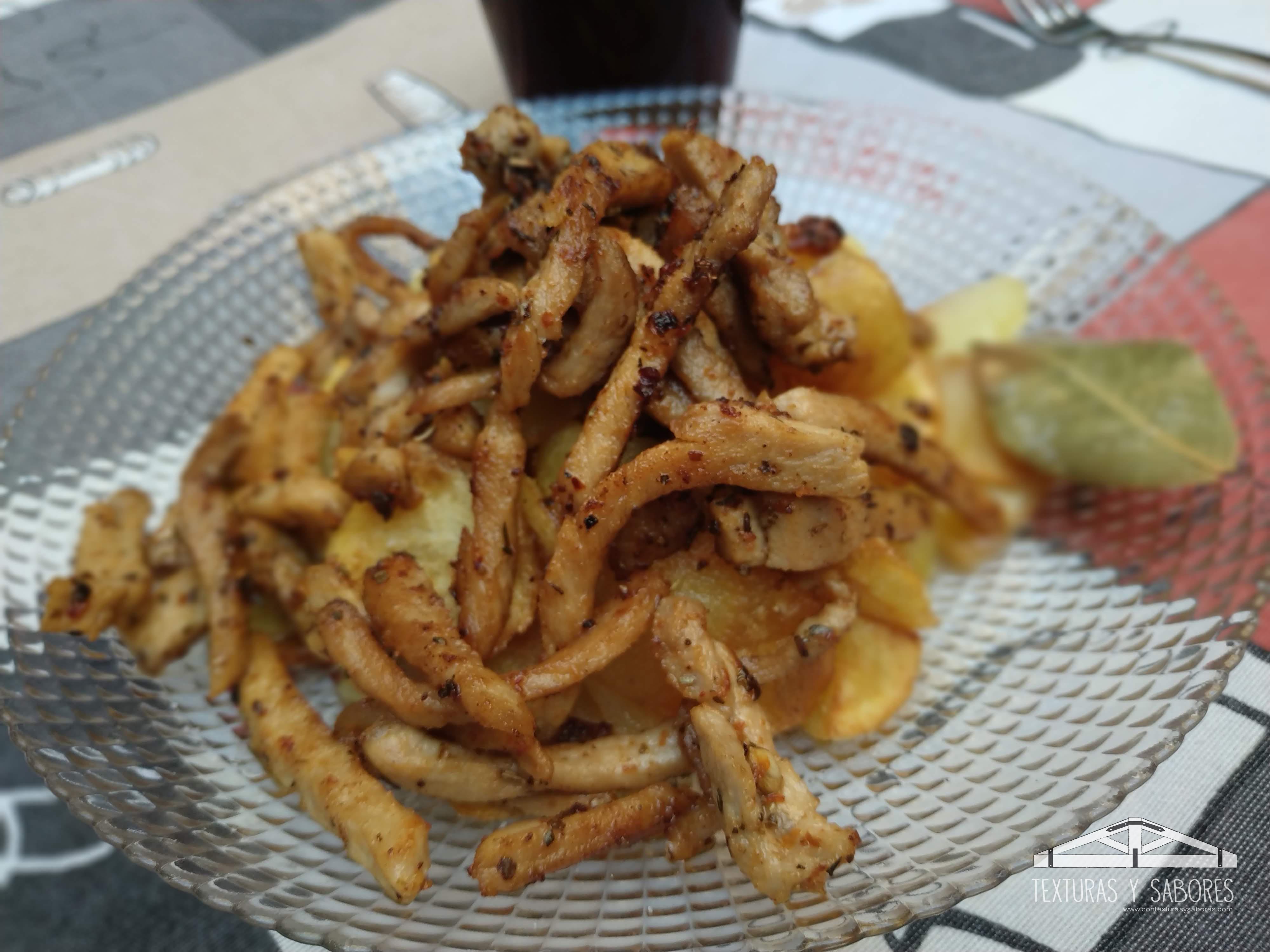 patatas a lo pobre con tiras de lomo marinadas