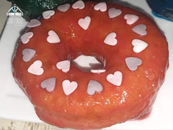 donut glaseado con corazones